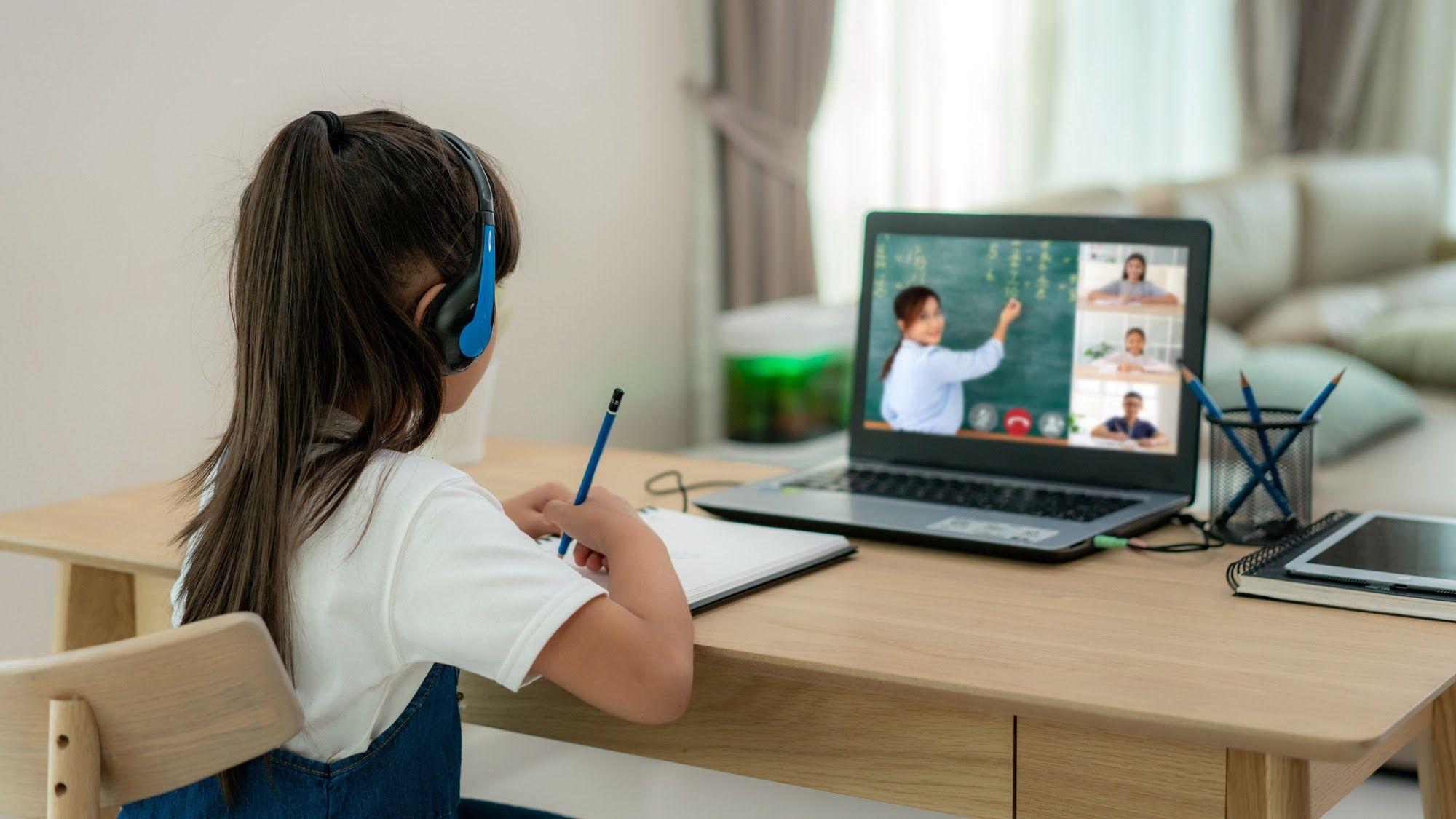 Giải quyết bộn bề lo lắng khi cha mẹ có bé học online lớp 1