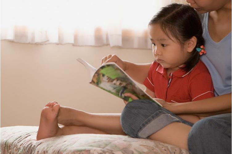 Ngay cả khi bận rộn, cha mẹ cũng nên tìm cách đọc truyện cổ tích cho bé